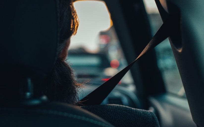 Se il passeggero è senza cintura è responsabile il conducente